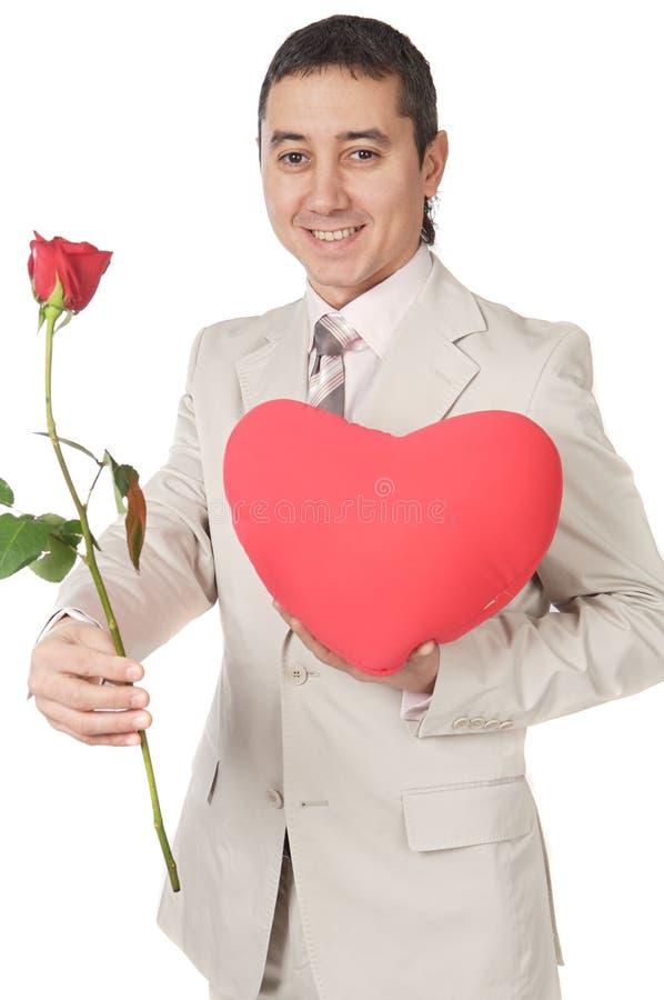 Aantrekkelijke jonge mens die een liefdegift geeft stock foto's