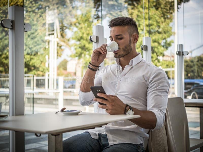 Aantrekkelijke Jonge Mens het Drinken Espresso bij Bar royalty-vrije stock foto