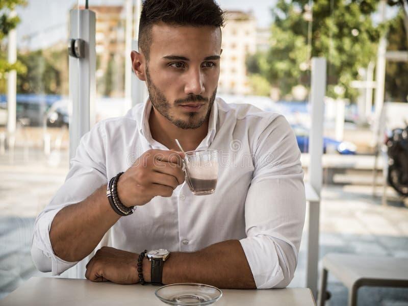 Aantrekkelijke Jonge Mens het Drinken Espresso bij Bar royalty-vrije stock foto's