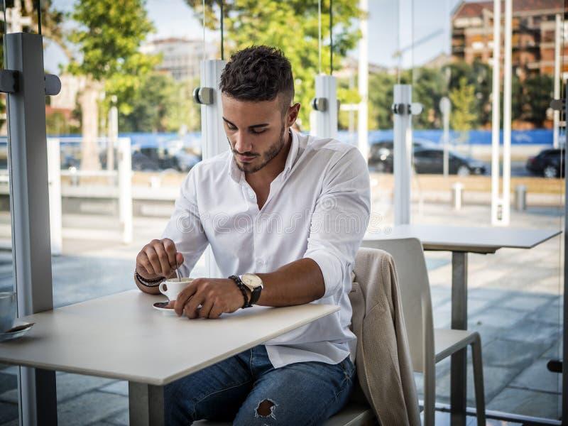 Aantrekkelijke Jonge Mens het Drinken Espresso bij Bar stock fotografie