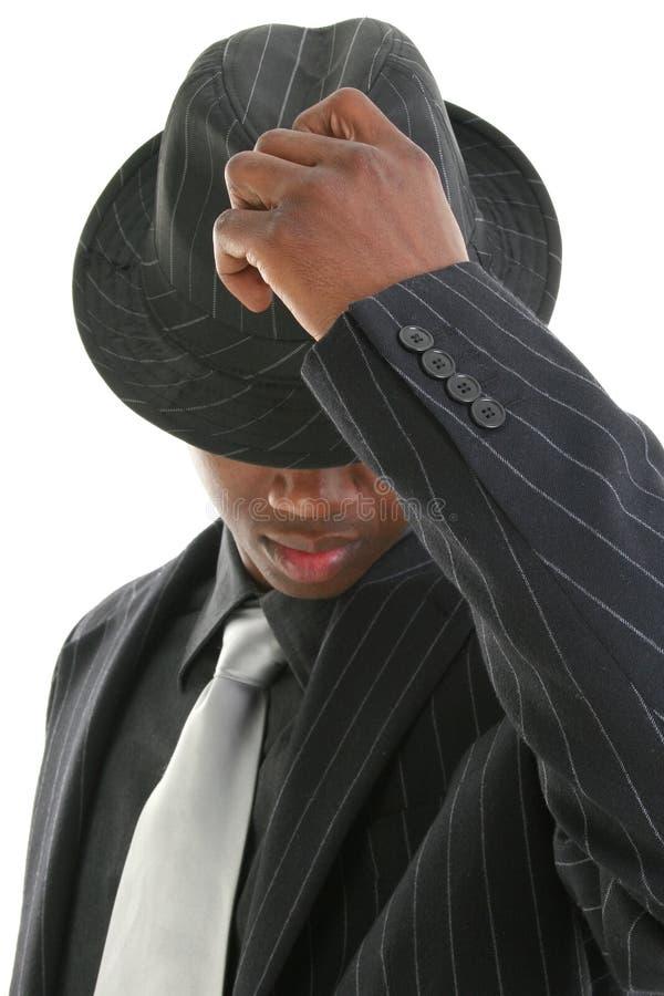 Aantrekkelijke Jonge Mens in het Kostuum dat van de Krijtstreep Zijn Hoed tipt royalty-vrije stock afbeeldingen