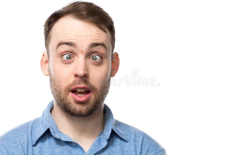 Aantrekkelijke jonge mens met een grappige uitdrukking royalty-vrije stock afbeeldingen