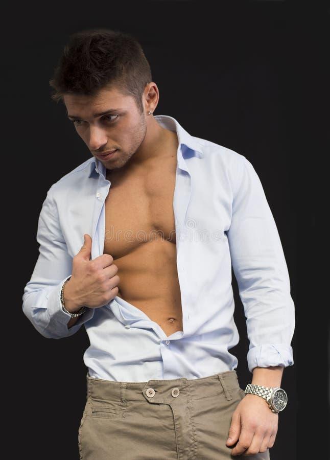 Aantrekkelijke jonge mens met open overhemd op spiertorso stock fotografie