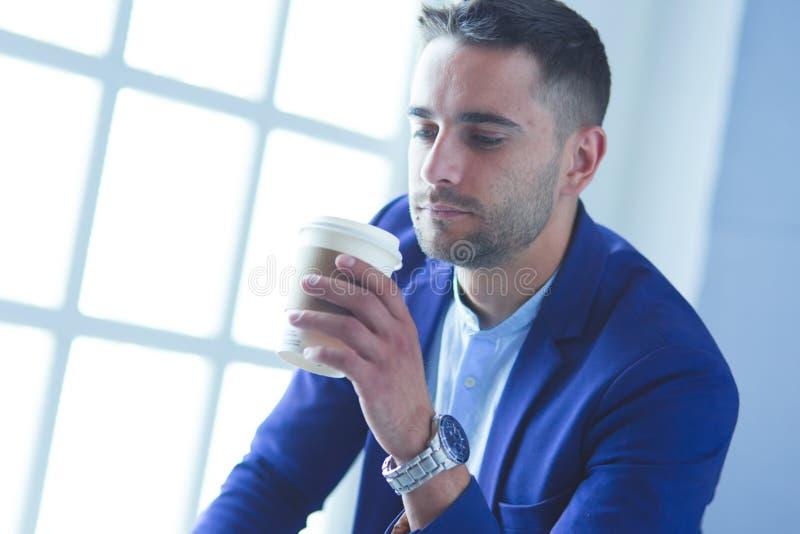 Aantrekkelijke jonge mens met smartphone op kleurenachtergrond stock foto's