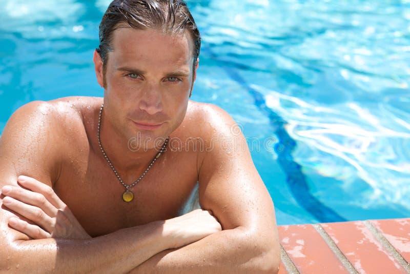 Aantrekkelijke Jonge Mens in Pool stock afbeelding