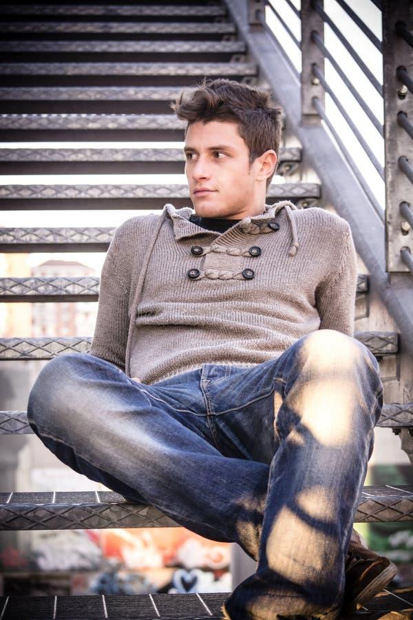 Aantrekkelijke jonge mens in stedelijk milieu stock foto