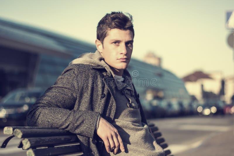 Aantrekkelijke jonge mens in stedelijk milieu stock afbeeldingen