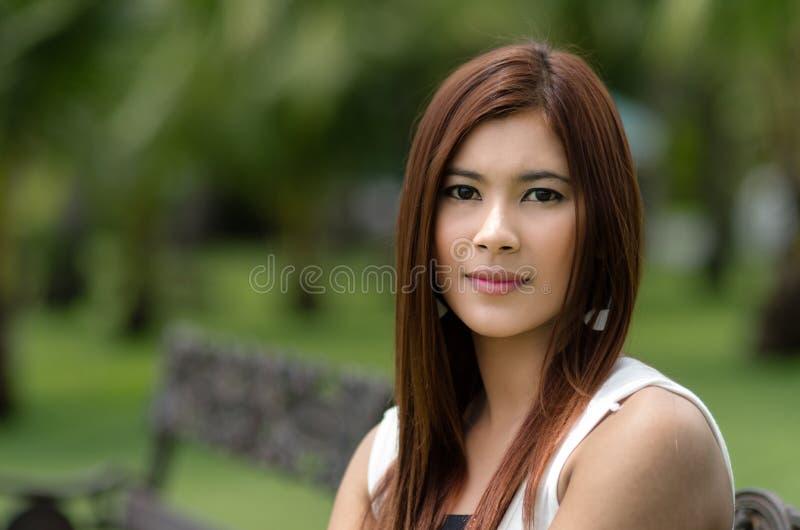 Aantrekkelijke jonge roodharige Aziatische vrouw stock afbeeldingen