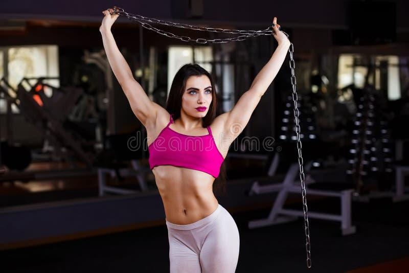 Aantrekkelijke jonge spiervrouwenbodybuilder met perfect lichaam po royalty-vrije stock foto's