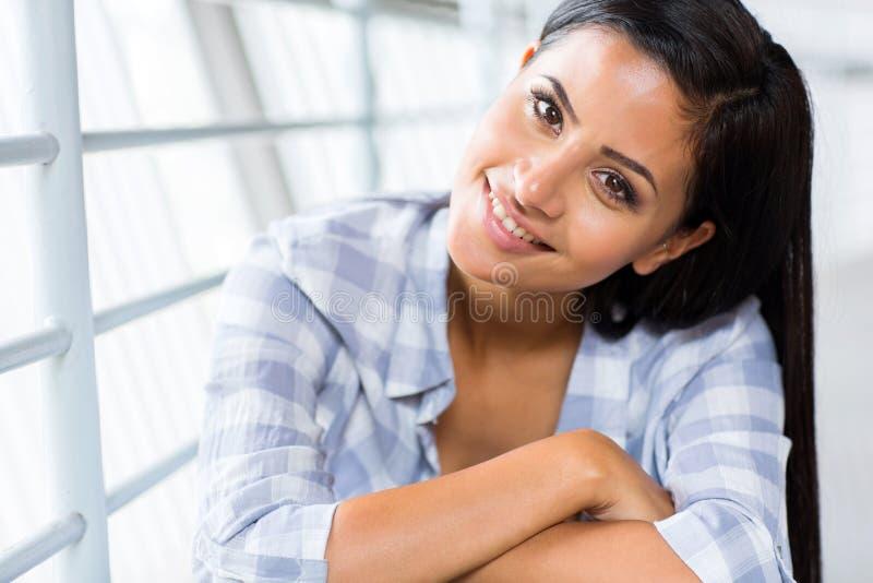 Download Aantrekkelijke jonge vrouw stock afbeelding. Afbeelding bestaande uit onbezorgd - 39102893