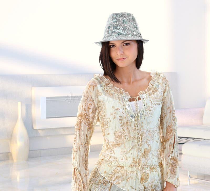 Aantrekkelijke jonge vrouw bij modern huis royalty-vrije stock afbeeldingen