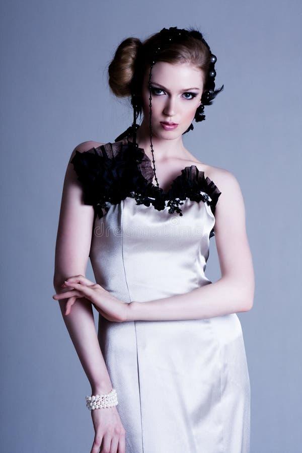 Aantrekkelijke Jonge Vrouw die de Toga van de Avond draagt royalty-vrije stock fotografie