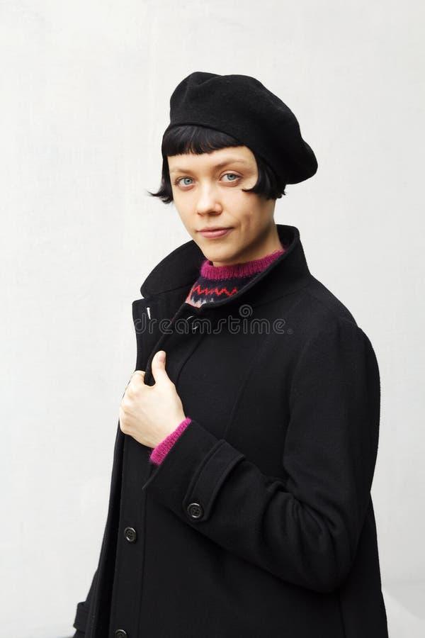 Aantrekkelijke jonge vrouw die een baret dragen stock afbeeldingen