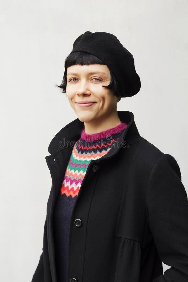 Aantrekkelijke jonge vrouw die een baret dragen royalty-vrije stock afbeeldingen