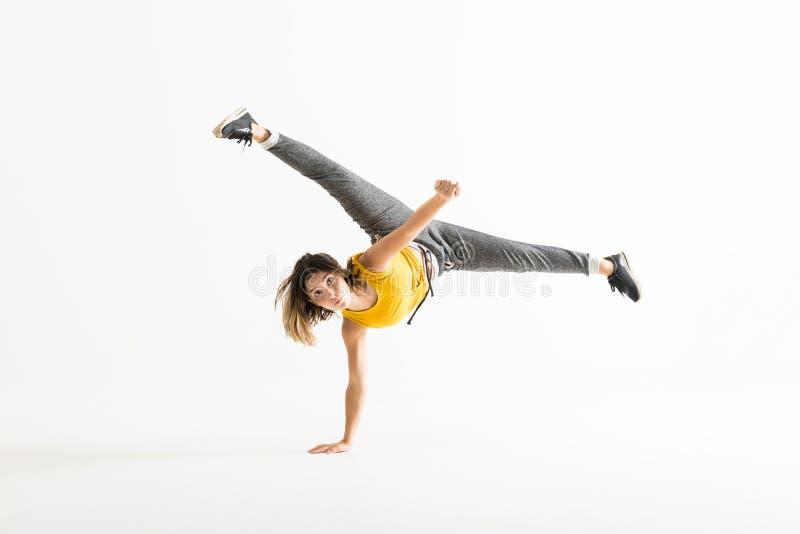 Aantrekkelijke Jonge Vrouw die een Beweging van Vorstbreakdance doen stock afbeeldingen
