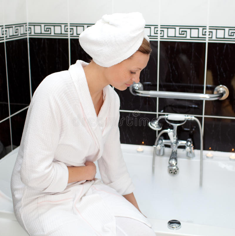 Aantrekkelijke jonge vrouw die haar schuimbad voorbereidt stock fotografie