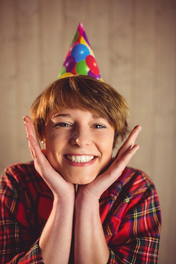 Aantrekkelijke jonge vrouw die hoedenpartij dragen stock foto