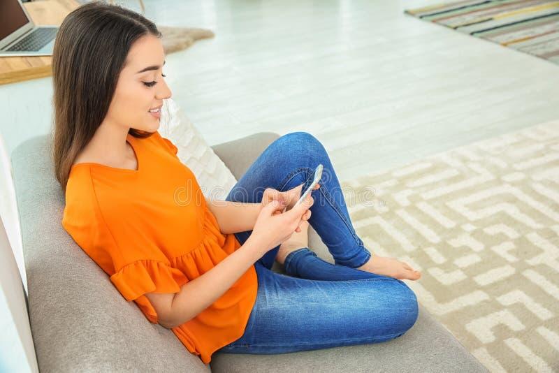 Aantrekkelijke jonge vrouw die mobiele telefoon met behulp van royalty-vrije stock fotografie