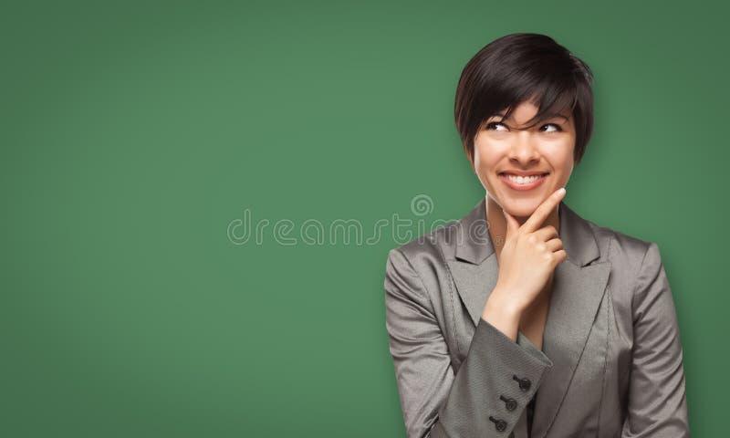 Aantrekkelijke Jonge Vrouw die omhoog aan Leeg Schoolbord kijken stock afbeeldingen
