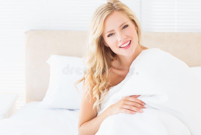 Aantrekkelijke jonge vrouw die omvatten met dekbed royalty-vrije stock afbeeldingen