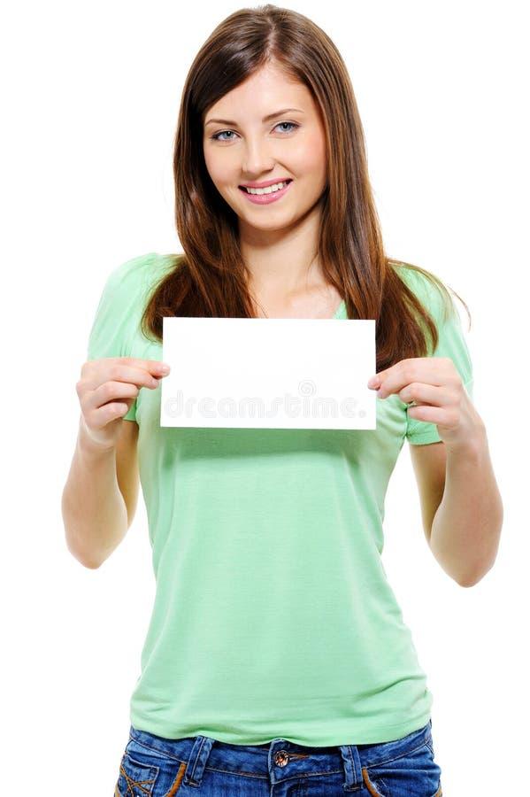 Aantrekkelijke jonge vrouw die witte kaart houdt royalty-vrije stock foto