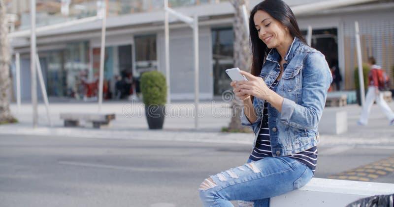 In aantrekkelijke jonge vrouw in een denimuitrusting stock fotografie