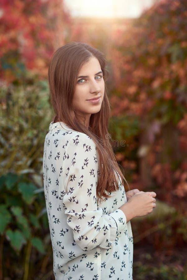 Aantrekkelijke jonge vrouw in een kleurrijke daling of de herfststraat stock fotografie