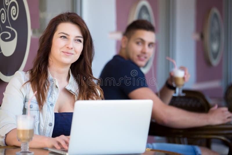 Aantrekkelijke jonge vrouw in een koffie royalty-vrije stock afbeelding