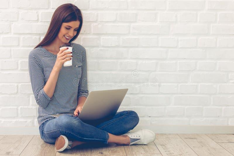 Aantrekkelijke jonge vrouw met gadget royalty-vrije stock foto