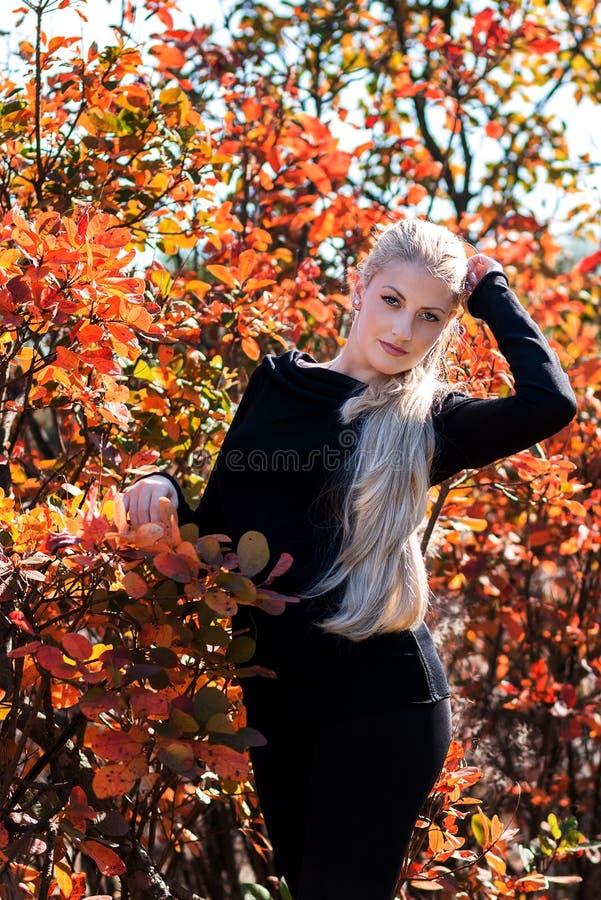 Aantrekkelijke jonge vrouw met lang mooi blondehaar die ou stellen royalty-vrije stock fotografie