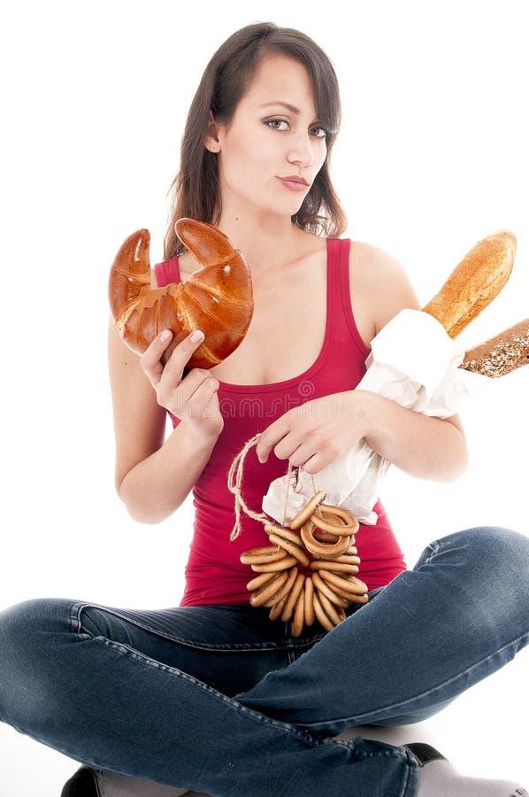 Aantrekkelijke jonge vrouw met ongezuurd broodje stock foto