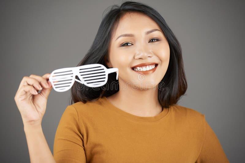 Aantrekkelijke jonge vrouw met plastic glazen stock fotografie