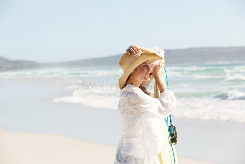 Aantrekkelijke jonge vrouw met surfplank op het strand royalty-vrije stock foto's