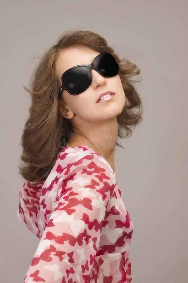 Aantrekkelijke jonge vrouw met zonnebril stock fotografie