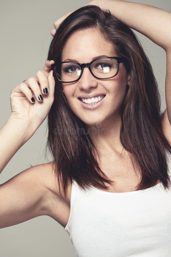 Aantrekkelijke jonge vrouw in modieuze glazen stock foto