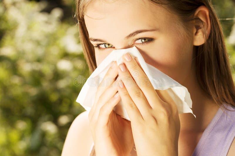 Aantrekkelijke jonge vrouw openlucht met weefsel. stock fotografie