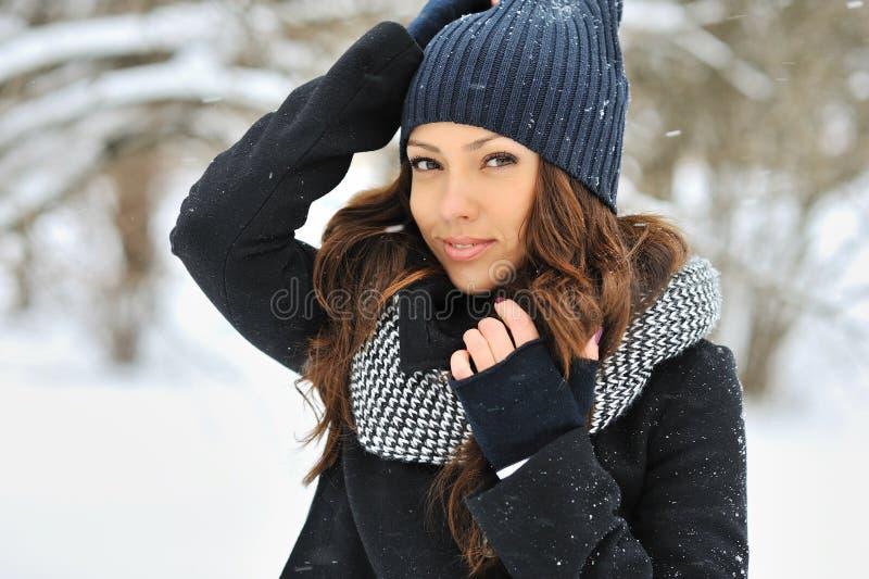 Aantrekkelijke jonge vrouw in wintertijd - in openlucht portret stock afbeeldingen
