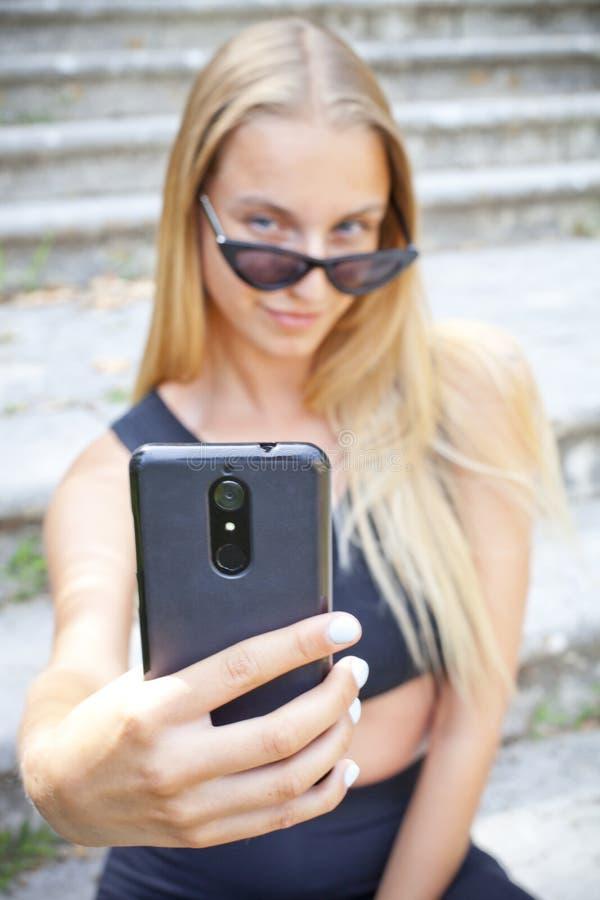 Aantrekkelijke jonge vrouw in zonnebril die selfie nemen royalty-vrije stock afbeeldingen