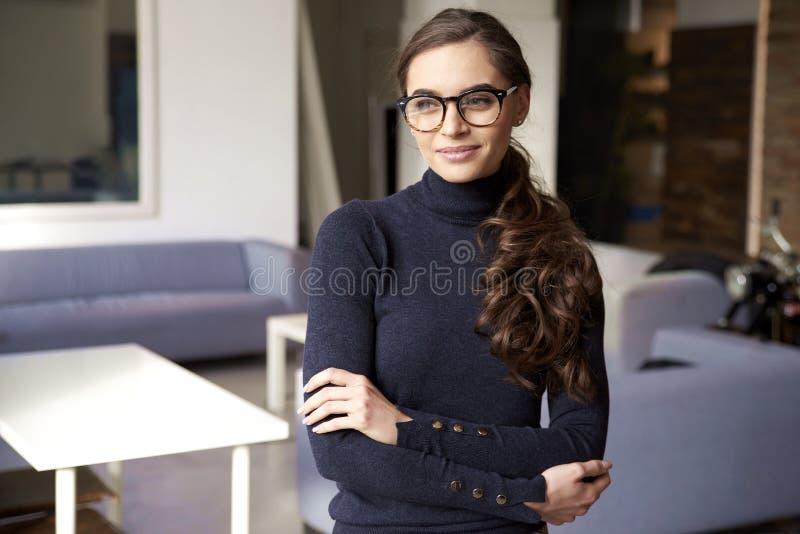 Aantrekkelijke jonge zorgvuldig en vrouw die terwijl status binnen kijken glimlachen royalty-vrije stock fotografie