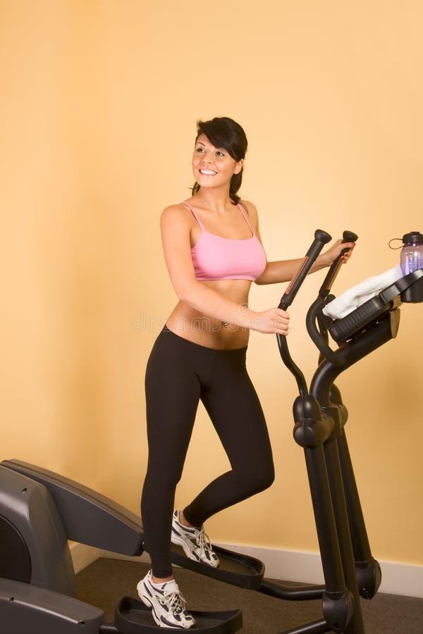 Aantrekkelijke jonge zweetvrouw die cardiotraining doet stock afbeeldingen
