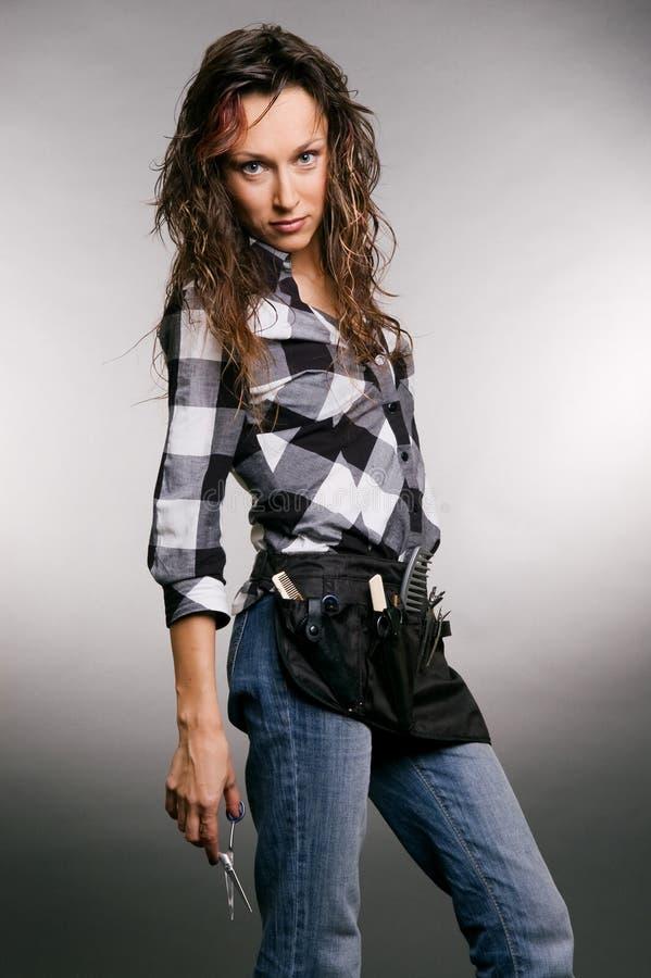 Aantrekkelijke kapper met schaar in haar hand stock afbeelding