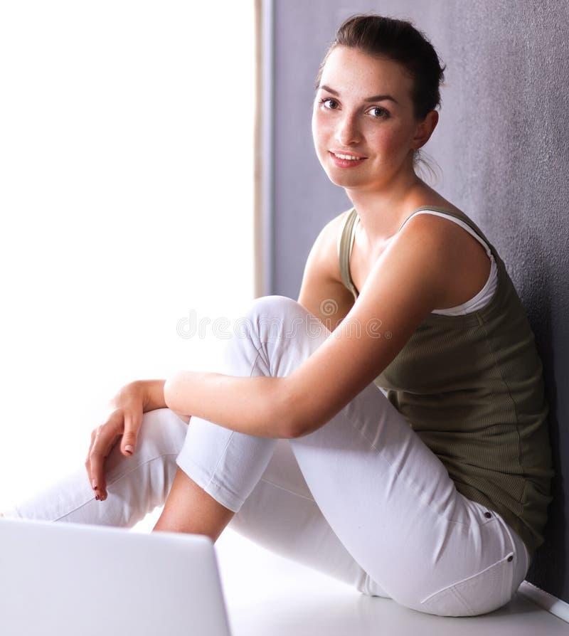 Download Aantrekkelijke Kaukasische Meisjeszitting Op Vloer Stock Afbeelding - Afbeelding bestaande uit wijfje, stijl: 107705665