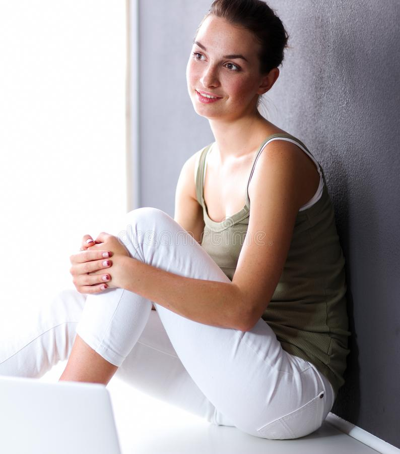 Download Aantrekkelijke Kaukasische Meisjeszitting Op Vloer Stock Foto - Afbeelding bestaande uit kaukasisch, jong: 107705684