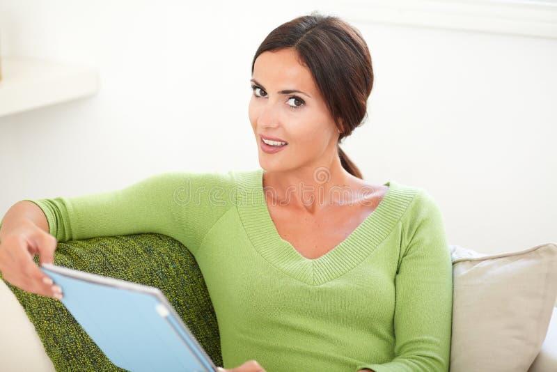Download Aantrekkelijke Kaukasische Vrouw Die Een Tablet Houden Stock Foto - Afbeelding bestaande uit levensstijl, looking: 54079426