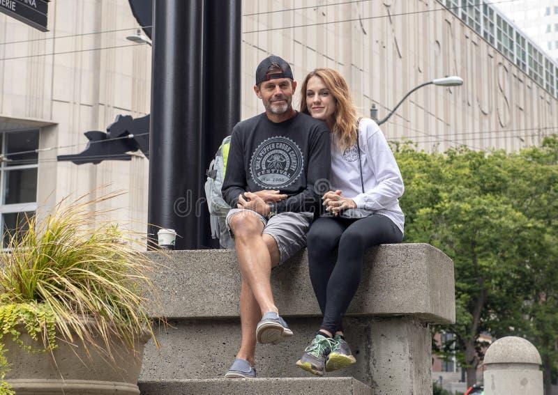 Aantrekkelijke Kaukasische vrouw en haar echtgenoot op vakantie voor Seattle Art Museum in Seattle, Washington stock foto's