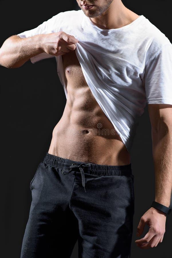 Aantrekkelijke kerel die zijn spierlichaam tonen royalty-vrije stock foto