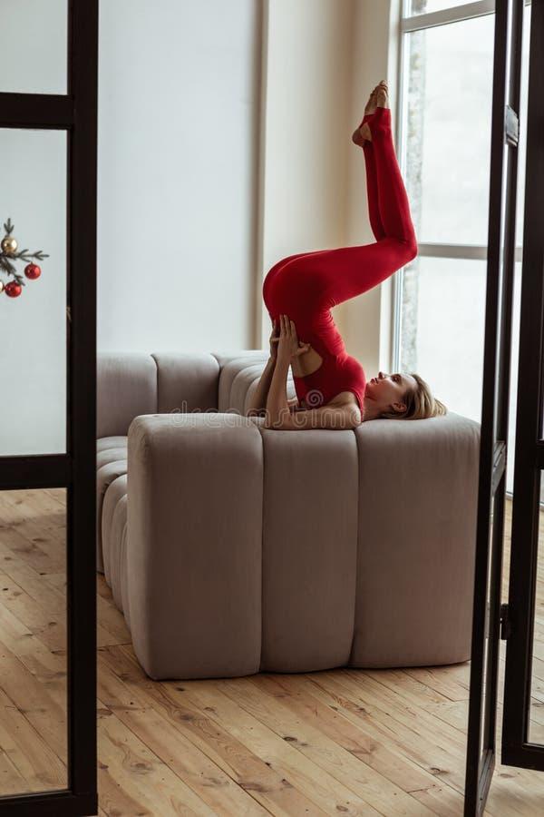 Aantrekkelijke kortharige yogatrainer die haar ongebruikelijke vaardigheden tonen royalty-vrije stock foto
