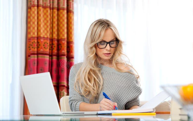 Aantrekkelijke laptop van het vrouwenverstand thuis stock foto