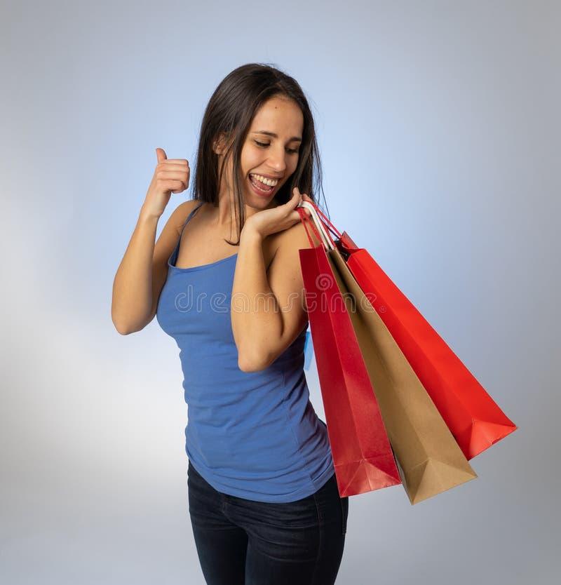 Aantrekkelijke Latijnse jonge tiener met het winkelen zakken overjoy voelen en geluk royalty-vrije stock afbeelding