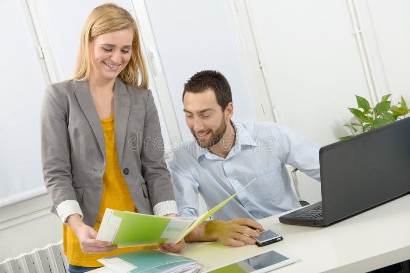 Aantrekkelijke man en vrouwenzaken op kantoor stock foto